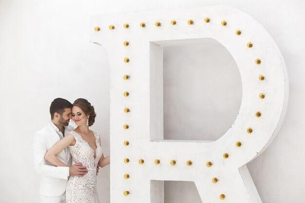 Fotos Hochzeit. Traumhafte Bilder als Inspiration für das Fotoshooting deiner Hochzeit: Brautpaar in Weiß, White Wedding Photography, Bräutigam Close Up© Hochzeitsfotograf Köln Fototipp