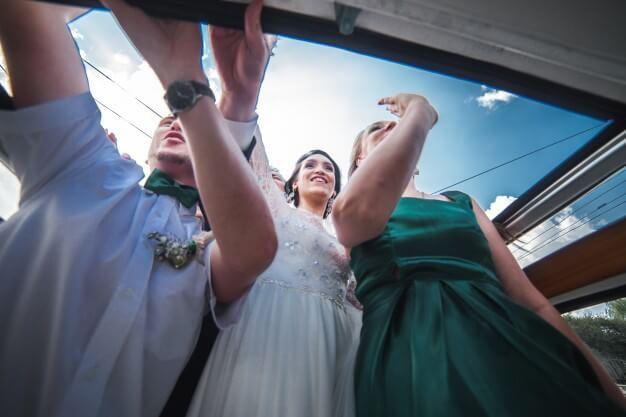 Hochzeit lustige Bilder. Witzige Fotomotive als Inspiration für ein unvergessliches Fotoshooting: Brautpaar mit besten Freunden, spontanes Fotoshooting auf der Straße, Hochzeit voller Spaß© Hochzeitsfotograf Köln Fototipp