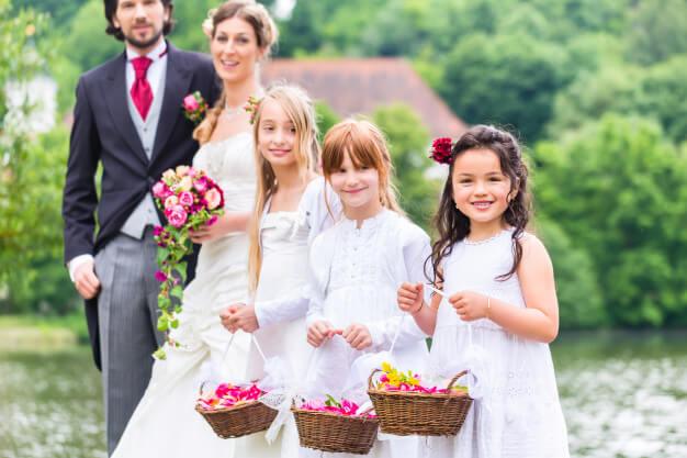 Hochzeitsfotos Ideen mit Kind. Einmalige Ideen & Tipps für bezaubernde Fotos deiner Hochzeit: Brautpaar mit Kindern, Wedding- Kids, Lachen mit den Kleinen© Hochzeitsfotograf Köln Fototipp