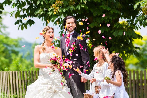 Bezaubernde Hochzeitsfotos -Ideen mit Kindern Brautpaar mit Kindern, Wedding- Kids, Lachen mit den Kleinen & mehr. Hochzeitsblog / Foto- Inspiration für ein unvergessliches Fotoshooting