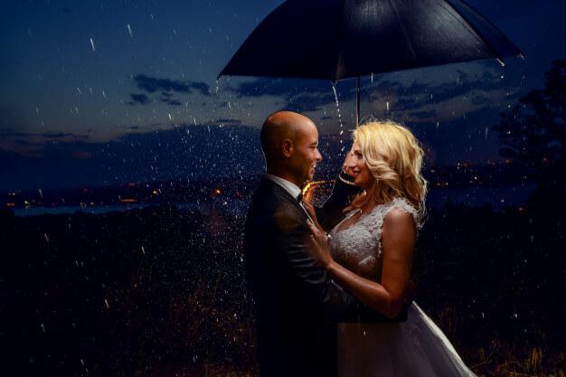 Hochzeitsfotos bei Regen Brautpaar mit Regenschirm, Hochzeitsfotos bei schlechtem Wetter, Hochzeitsbilder in der Nacht & mehr. Blog-Galerie mit entzückenden Fotomotiven für Wedding-Fotos bei schlechtem Wetter