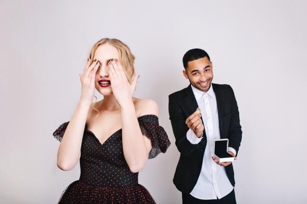 Verlobungsbilder. Verlobung Fotoshooting. Schöne Ideen & Top Tipps für die Bilder deiner Verlobung: Ring, Hand, Outfits, Engagement Photography / Photos, Verlobungsfotos © Hochzeitsfotograf Köln Fototipp
